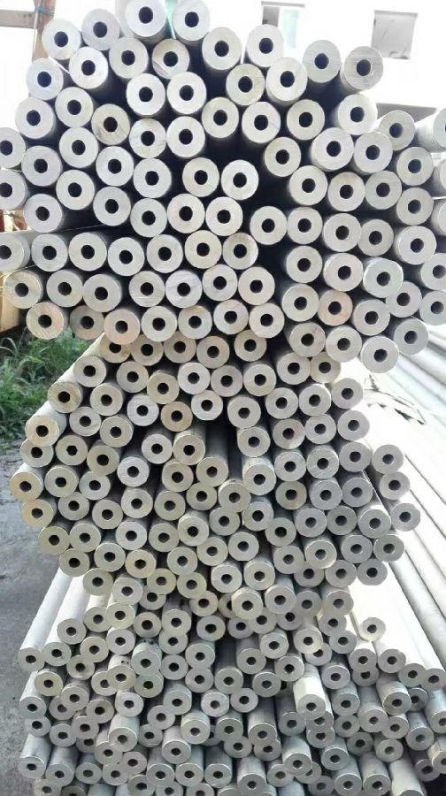 无缝不锈钢管表面缺陷的形成有两种可能性(图1)